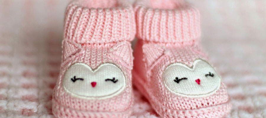 faire porter des chaussons à un bébé